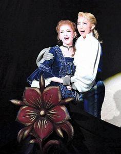 寄り添って航海に出発する紅ゆずる(左)と綺咲愛里=宝塚大劇場(撮影・持木克友)