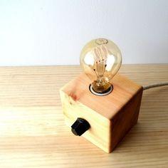 Lámpara hecha artesanalmente con madera reciclada de pino. Pieza única de estilo rústico o Vintage con madera reciclada y bombilla decorativa Edison.