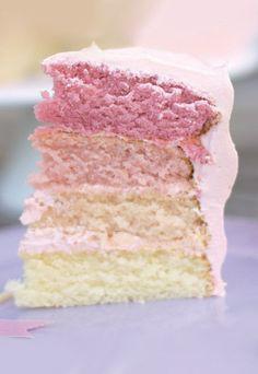 Pink Velvet Cake - der vielleicht schönste Kuchen der Welt! Rezept für die rosa Torte auf http://m.gofeminin.de/kochen-backen/top-food-blogs-d57541c645948.html