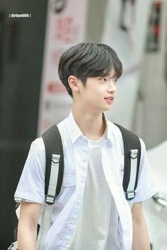 """""""Seungwoo recibe un mensaje de texto de un número desconocido"""" >> Pareja principal: SEUNGPYO ( Seungwoo x Dongpyo) >> Leve mención: ------- >> Capítulos cortos. >> Historia corta >> No copias ni adaptaciones. Thing 1, Ulzzang Boy, Boyfriend Material, K Idols, Cute Boys, K Pop, Boy Groups, Sons, Korea"""