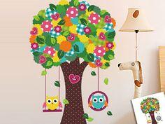 Twee schommelde uilen in een boom. Prachtige cartoon muursticker voor kinderen. Erg leuk voor op een kinderkamer of een kinderdagverblijf. Direct leverbaar!