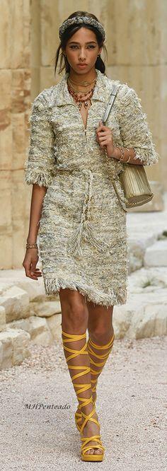 Futuristisch, up-to-date oder Retro? Chanel kann sich bei seiner Resort 2017 Kollektion nicht entscheiden. Und verleiht Gladiatorsandaletten mit Statement-Farben ein aktuelles Gesicht. #laceups