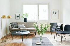 beige_sofa_fresh_flowers_gold_floor_lamps