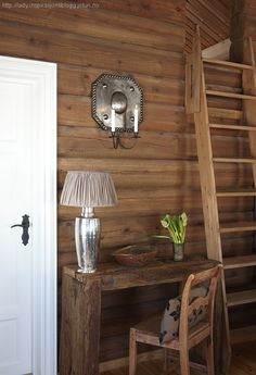 Hyttefarger, 3 gode paletter Building A Cabin, Mountain Cottage, Tiny Cabins, Cabin Interiors, Log Homes, Ladder Decor, Living Spaces, Dining Table, Rustic