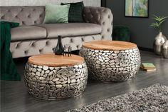 A STONE MOSAIC ezüst dohányzóasztal szett tervezésének köszönhetően méltó bútordarabja lesz nappalidnak. A kimagaslóan minőségi fém és fa párosításának és a nagyvonalú kivitelezésnek köszönhetően biztosítja a tágas teret vendégeid kiszolgálásához, de a dekoratív elemek is helyüket lelhetik rajta. Kézzel készített, így minden asztal egyedi, a maga módján bájos és káprázatos. Időtlen stílusosságot hoz otthonodba.