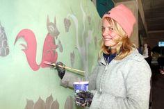 ArtHäme 2013: Laura Lehtinen piirsi seinälle oravan. Aamuposti 14.10.2013. Kuva: Ilkka Hartikainen