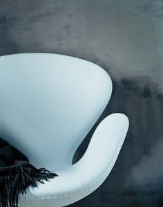 Klassieker: the Swan Chair. Prachtige vormen waarop het heerlijk zit. Via aprilandmaystudio.