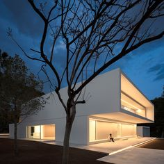 House Between the Pine Forest is a minimal residence located in Paterna, Spain, designed by Fran Silvestre Arquitectos. Design Villa Moderne, Modern Villa Design, Modern Architecture Design, Residential Architecture, Interior Architecture, Villa Luxury, Facade Lighting, Mediterranean Architecture, Forest Pictures