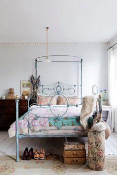 Bedroom. Encantadora casa en blanco vintage.Estilo nórdico con aires cottage.Roman Ricard. dintelo