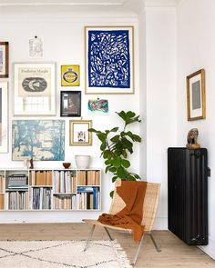 Love this eclectic gallery wall grouping - the unexpected addition of the deep b. - Love this eclectic gallery wall grouping – the unexpected addition of the deep blue work in the t - Decor Room, Living Room Decor, Living Spaces, Home Decor, Dining Room, Living Walls, Room Art, Bedroom Decor, Room Kitchen