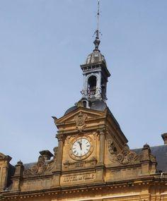 Cadran Bodet installé sur le fronton de l'hôtel de ville de Longuyon (54), Champagne-Ardenne-Alsace-Lorraine.