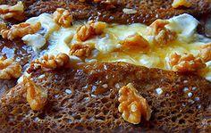 Galette chevre miel et noix   Garniture galettes bretonnes http://www.recettes-bretonnes.fr/galette-bretonne/garnitures-galettes/chevre-miel-noix.html