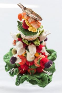 Lustvoll präsentieren sich in dieser Installation diverse verlockende Leckerbissen: Appetitanregende Häppchen, rustikale Schimmelkäsesorten, kunstvoll getü