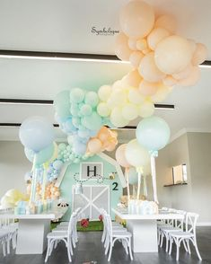 Baby Birthday, Birthday Party Themes, Bee Party, Ballon, Balloon Decorations, Baby Shower, Ceiling Lights, Creative, Instagram Posts