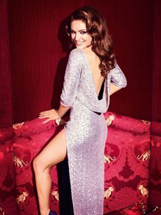 Kelly Brook looks amazing. Totally the Icon pose.