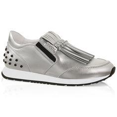 Zapatilla Sneaker Slip-on realizada en piel metalizada con apliques elásticos laterales, fleco, aplicaciones inspiradas en el icónico gommino y suela de goma.