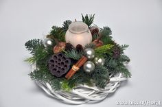 kerst-krans-wit-zilver-pumpkin Silver Christmas Decorations, Christmas Tablescapes, Christmas Candles, Christmas Centerpieces, Diy Christmas Gifts, Christmas Wreaths, Christmas Ornaments, Holiday Decor, Christmas Floral Designs