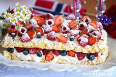 Vaniljemarengskake til mai! Baking Utensils, Frisk, Sheet Pan, Baking Recipes, Waffles, Cheesecake, Cookies, Breakfast, Desserts