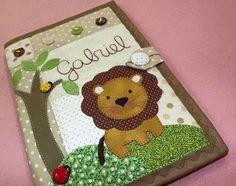 Elabora Hermosos Cuadernos Forrados, Te Damos 15 Ideas para Hacerlo ¡Woow, Te Encantarán! Notebook Covers, Journal Covers, Hobbies And Crafts, Crafts For Kids, Diy Crafts, Bible Cases, Felt Play Mat, Sewing Projects, Projects To Try
