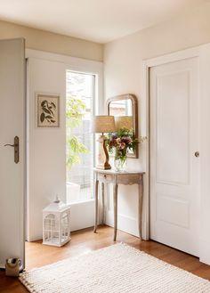 Un recibidor mini Home Interior, Interior Design Living Room, Living Room Decor, Home Staging, Credenza Decor, Halls, House Entrance, Cuisines Design, Home Decor