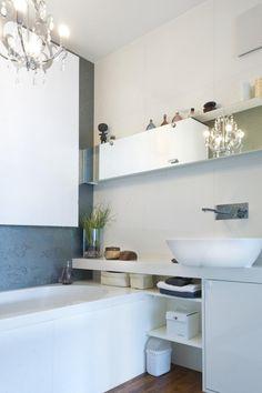 mała łazienka z wanną - Szukaj w Google Small Basement Bathroom, Bathroom Storage, Bathroom Ideas, Design Moderne, Bath Remodel, Malaga, Double Vanity, Interior Architecture, Sink