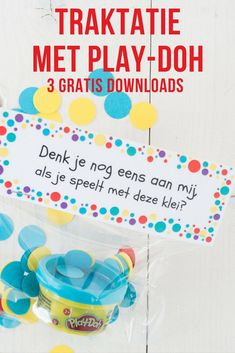 Wil je niet op eten of snoep trakteren? Of zoek je een traktatie voor een verhuizing of afscheid van de peuterspeelzaal Wij maakten een traktatie met klei van Play-Doh, Met 3 gratis downloads. #trakteren #traktatie #klei #playdoh #downloads Party Treats, Party Snacks, Party Favors, Kids Birthday Treats, 4th Birthday Parties, Daycare Gifts, Teacher Gifts, Recepies For Kids, Diy For Kids