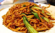 Mie goreng or bakmi goreng or bahmi (bami goreng) is Indonesian term for stir-fried noodles or chow mein in American Chinese cuisine. Wine Recipes, Asian Recipes, Ethnic Recipes, Chinese Recipes, Pork Chow Mein, Shanghai Food, Fried Noodles Recipe, Asian Kitchen, Indonesian Cuisine