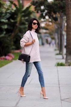 De temperaturen gaan aan het einde van de week weer dalen. Die té warme oversized trui kan dus weer uit de kast... Maar hoe draag je zo'n trui fashionable? 6 manieren op een rijtje op www.thenewgirlint... #oversizedsweater #sweaterweather #sweater #oversized #style #styling #fashion #outfit #vivaluxury #pink #heels #jeans