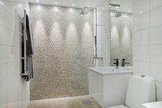 Fin mosaik i duschen  Bild: hemnet #badrumsinspiration #badrumsinspo #bathroominspo #mosaic #mosaik