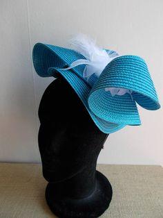 Pour celles qui hésitent encore à mettre un chapeau, voici un accessoire  plus léger indispensable c120733f573