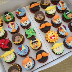 Wish I good at baking - So many Fun things to do with Cupcakes - Love the Alice & Wonderland Theme! Tea Party Cupcakes, Themed Cupcakes, Mad Hatter Party, Mad Hatter Tea, Mad Hatters, Tea Party Decorations, Party Themes, Party Ideas, Alice In Wonderland Cupcakes