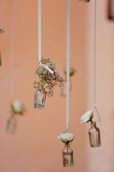 Unsere Heiligtümer: Mini-Väschen mit kleinen Blumen abgehängt  Fotografie: http://www.annamcmaster.de/ http://www.festefeiern.by/
