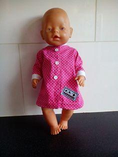 Gemaakt voor de babyborn van 43cm....een nachtjapon. Sluit dmv klittenband en heeft sierknoopjes. Kijk eens op mijn fb pagina: Helma's Poppenkleding voor meer zelfgemaakte poppenkleding