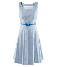 Figure-fit knee-length dress with a detachable belt, flared skirt and a zip at the side. Lined.