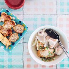 Hujan tipis-tipis nih di Malang  Enaknya makan apa? Tul! Semangkok bakwan pake kuah anget ngepul-ngepul lengkap sama gorengan.  You might already familiar with Bakso Subur or Gondhol but you must also try this Bakwan Mulia. Pentolnya kenyal Tito-nya empuk pol! // Jalan Borobudur no 9 #Malang.  #inijiegram #food #TableToTable #kuliner #culinary #nonhalal
