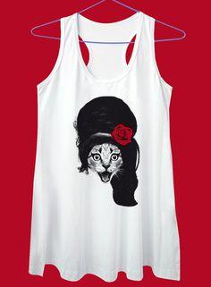 Camiseta em malha de algodão fio 30, com estampa em serigrafia. Disponível no modelo Baby Look, regata nadadora curta ou básica, na cor branca. R$55,00