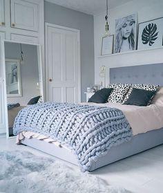 Slaapkamer met lichte tinten in wit en blauw en gebreide sprei. #sprei #slaapkamer #bed