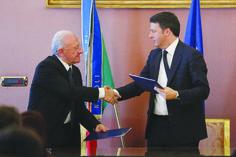 """Di Veronica Gatta Il presidente del Consiglio, Matteo Renzi, e il governatore della Regione, Vincenzo De Luca, hanno firmato il cosiddetto """"Patto per la Campania"""". Si tratta del primo degli accordi territoriali previsti dal Masterplan per il Mezzogiorno, che impegna il Governo a una serie di investimenti, concordati con la Regione, in numerosi settori: infrastrutture, cultura, ambiente e attività produttive. """"È finito il tempo in cui si buttavano via i fondi europei"""", scandisce il premier…"""