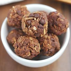Chocolate Cherry Energy Bites -- only 5 ingredients & they taste like brownies! Healthy Food Blogs, Good Healthy Recipes, Unique Recipes, Healthy Baking, Healthy Treats, Yummy Treats, Sweet Recipes, Vegan Recipes, Snack Recipes