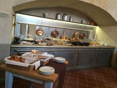 La colazione al San Giovanni Resort nella sala dedicata: una delicata ricostruzione delle cucine dell'epoca.