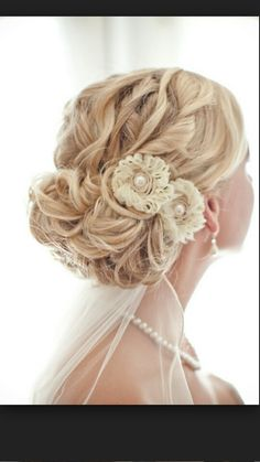 Best Wedding Hairstyles Updo With Veil Top Knot Ideas Wedding Hairstyles Half Up Half Down, Wedding Hairstyles With Veil, Down Hairstyles, Vintage Hairstyles, Bridal Hairstyles, Bridesmaid Hairstyles, Hairstyles Pictures, Dress Hairstyles, Hairstyles 2018