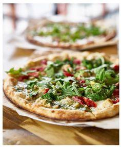 Pestopizza http://www.kk.no/livet  Topping pesto, kjøpt eller hjemmelaget (jeg pleier å kjøpe) 2 stk norzola 2 stk mozzarella 2 stk feta (jeg kjøper den i grønn pakke) norvegia eller jarlsberg svarte oliven soltørket tomat
