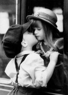 Black and white / Noir et blanc ~ Very cute ! Precious Children, Beautiful Children, Beautiful Babies, Children Kissing, Cute Kids, Cute Babies, Kids Kiss, Sweet Kisses, Young Love