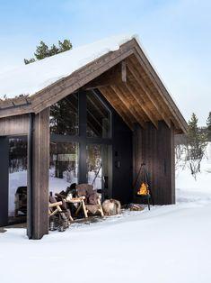 Bildegalleri - Sjemmedalhytta Modern Cabin Interior, Devon House, Scandinavian Cabin, Weekend House, Cabin Interiors, Tiny House Cabin, Cabin Design, Winter House, House In The Woods