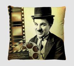 Presentear com carinho nos faz lembrar o cuidado que temos com as pessoas queridas que nos cercam. A Almofada Decorativa Estampada Charlie Chaplin-Com Refil de Silicone tem a combinação perfeita de cores e é um ícone atemporal da decoração de interiores.