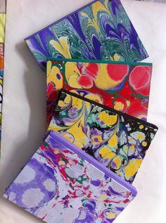 Cadernos com capa de papel marmorizado, td feito a mão! 📚