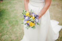 Ramode la novia en tonos amarillas y violetas. Boda de verano organizada por Detallerie, Barcelona. Bride's bouquet on yellow and violet shades. Summer wedding by Detallerie.