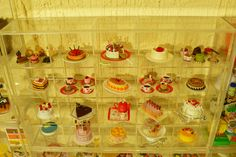 On display are sets from the HG Birthday Cake, Cake on Parade, Elegant Cakes, and Special Cakes for Me series'. Rement, Elegant Cakes, Miniature Food, Display Case, Dollhouse Miniatures, Alcoholic Drinks, Scale, Barbie, Birthday