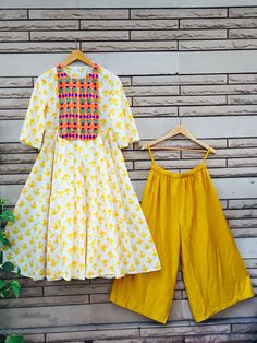 this kurta and palazzo combination is nice Pakistani Dresses, Indian Dresses, Indian Outfits, Indian Attire, Indian Wear, Kurta Designs, Blouse Designs, Short Frocks, Girl Fashion