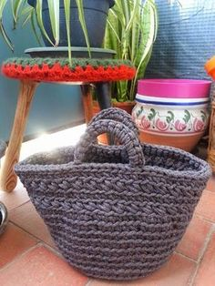 La ventana azul: Patrón como tejer un capazo de trapillo a crochet Borsa con fettuccia. Crochet Diy, Crochet Bag Tutorials, Bag Crochet, Crochet Handbags, Crochet Purses, Crochet Clutch, Crochet Crafts, Crochet Hooks, Crochet Projects